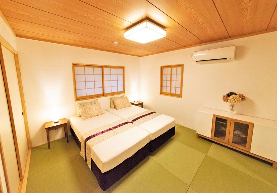 白保ノスタルジーガーデン/和室の横にはシングルベッド2台を擁した和室があります