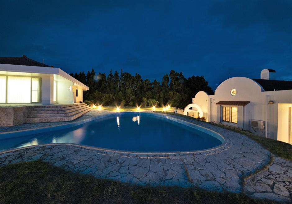シーサイドテルミー石垣島/夜は幻想的にライトアップされます