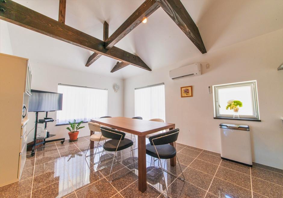 白保ノスタルジーガーデン/キッチンの横はリビング兼ダイニングスペースがあります